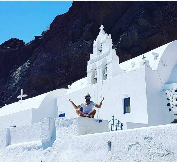 Santorini, la perla bianca dell'Egeo: perché andarci almeno una volta nella vita