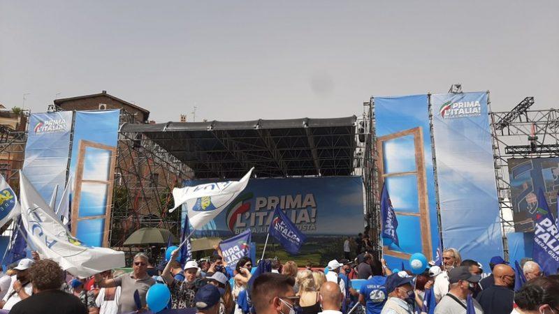 Salvini in piazza 'spinge' per l'unione del centrodestra. E attacca l'Anm