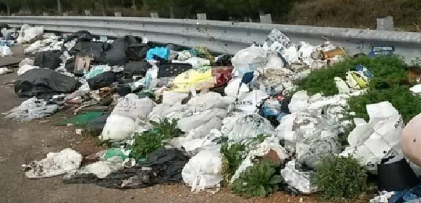 Lecce – Rifiuti in tangenziale