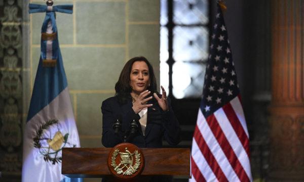 """Kamala Harris in Guatemala: """"Migranti, non venite negli Usa"""""""