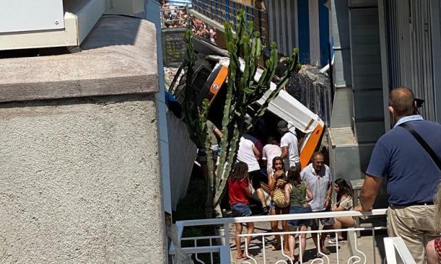 Minibus precipita a Capri: muore l'autista, 19 feriti