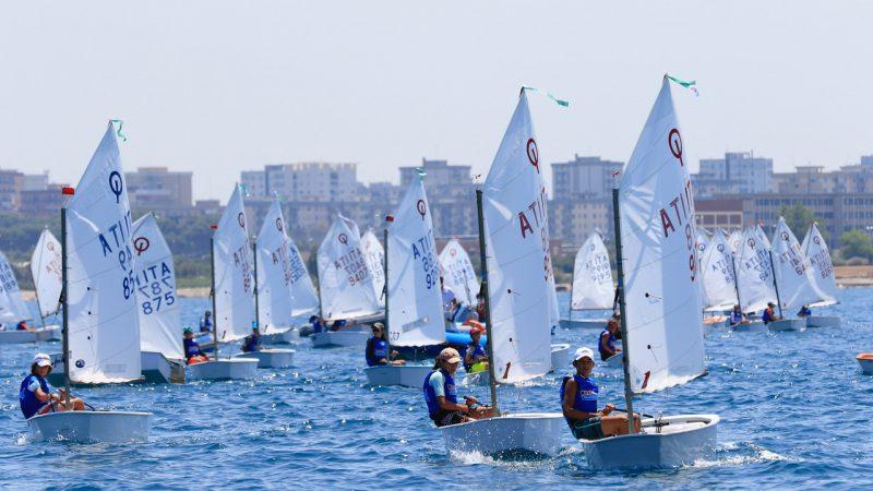Circolo della Vela Bari: due prove nella seconda giornata della terza tappa trofeo Optimist Italia Kinder Joy of Moving