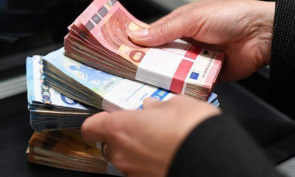Riciclavano denaro attraverso sale slot, indagati 11 cinesi