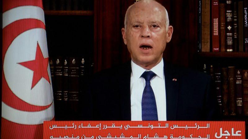Il presidente tunisino ha licenziato il premier e congelato il Parlamento