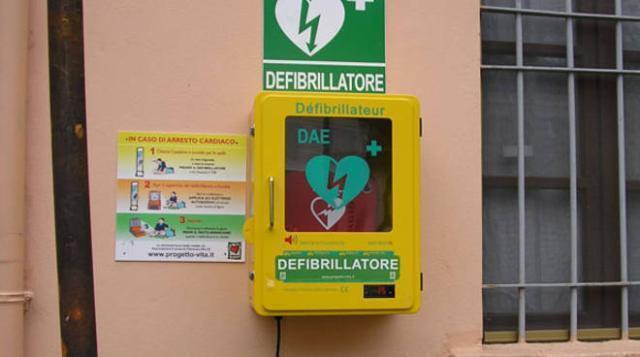 Defibrillatori nei luoghi pubblici, approvata la legge